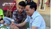 Trường vùng biên Kỳ Sơn dạy học sinh gói bánh chưng