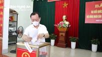 Đồng chí Phan Đức Đồng - Bí thư Thành ủy Vinh bỏ phiếu bầu cử tại phường Trường Thi