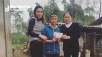 Bạn đọc báo Nghệ An trao quà cậu học trò mồ côi ở Tân Kỳ