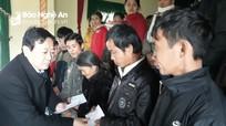 Hội Nhà báo tặng 300 suất quà cho các gia đình khó khăn ở Thanh Chương