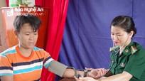 Khám, cấp thuốc miễn phí cho 250 người dân vùng biên ở Thanh Chương