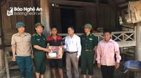Hỗ trợ lương thực tặng quà cho 8 hộ dân bị trôi, sập nhà do nước lũ