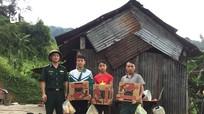 Tặng hàng trăm suất quà cho đồng bào vùng biên giới Kỳ Sơn bị cô lập do mưa lũ
