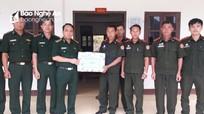 Tặng quà cho Đại đội Biên phòng 221 Xiêng Khoảng