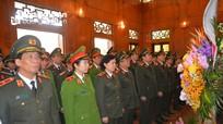 Đoàn đại biểu Công an nhân dân dâng hoa tại Khu di tích Kim Liên