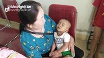 Phát hiện bé trai 7 tháng tuổi bị bỏ rơi 'nhờ người nuôi dưỡng' ở Nghệ An