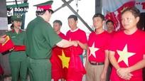 Bộ CHQS tỉnh tặng 2.500 lá cờ Tổ quốc cho ngư dân thị xã Hoàng Mai
