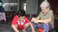 Xót thương hoàn cảnh bé trai mồ côi bố mẹ sống với bà nội gần 80 tuổi