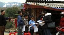 Mùa dịch Corona, giáo viên vùng cao Nghệ An vượt đường xa đến nhà ôn bài cho học sinh