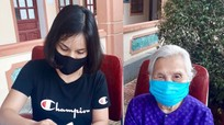 Chuyện cụ bà 90 tuổi đi bộ đến Ủy ban xã ủng hộ quỹ phòng, chống dịch Covid-19