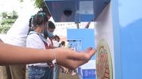 Giáo viên tiểu học Nghệ An chế tạo thành công máy rửa tay sát khuẩn tự động