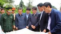 Phó Chủ tịch Quốc hội Phùng Quốc Hiển khảo sát đường tuần tra biên giới tại Quế Phong