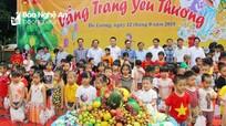 Phó Chủ tịch UBND tỉnh trao quà Trung thu cho các em nhỏ tại Trung tâm Công tác xã hội tỉnh