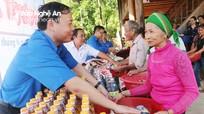 Khám bệnh, cấp phát thuốc và tặng quà cho 105 hộ đồng bào Ơ Đu tại Tương Dương