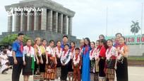 Đoàn đại biểu Cháu ngoan Bác Hồ tỉnh Nghệ An báo công dâng Bác tại Quảng trường Ba Đình