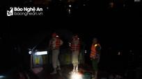 """Cảnh sát giao thông truy đuổi """"cát tặc"""" trên sông Lam"""