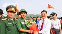 Chủ tịch UBND tỉnh tặng hoa động viên tân binh lên đường nhập ngũ