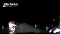 Thanh niên đi xe máy chở 3, dàn hàng ngang đe dọa tài xế lái ôtô