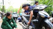 Hơn 1.000 hộp dầu xe máy được thay thế miễn phí cho công nhân
