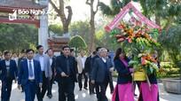 Đồng chí Trần Quốc Vượng dâng hoa, dâng hương tại Khu Di tích Kim Liên