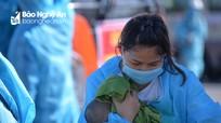 Nhiều bà mẹ trẻ bồng con trở về từ Bắc Giang
