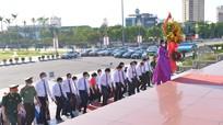 Đoàn đại biểu HĐND tỉnh khóa XVIII, nhiệm kỳ 2021-2026 dâng hoa tưởng niệm Chủ tịch Hồ Chí Minh