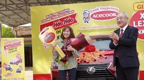 Ăn mì tôm, khách hàng ở Nghệ An được Acecook Việt Nam trao thưởng xe hơi Lexus