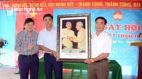 Phó Chủ tịch UBND tỉnh Lê Hồng Vinh vui ngày hội Đại đoàn kết với bà con bản Cao Vều 1
