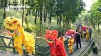 Dâng bánh chưng tri ân Bà Hoàng Thị Loan tại Nam Đàn