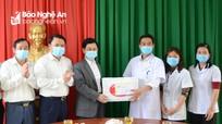 Chủ tịch HĐND tỉnh thăm, tặng quà các đơn vị y tế ở huyện Đô Lương