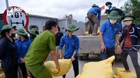 Nghĩa tình đến với người dân ở khu vực bị phong tỏa tại thị xã Hoàng Mai