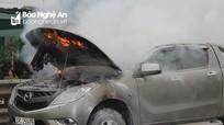Đang lưu thông Mazda bán tải bốc cháy giữa Quốc lộ 1A