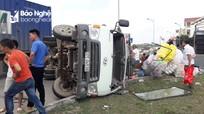 Xe đầu kéo tông xe tải lật nhào, hàng hóa đổ tràn ra đường