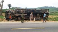 Xe chở mía bị lật, tài xế bò khỏi ca bin truy đuổi xe Howo ngược chiều