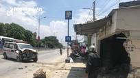 Nghệ An: Xe cứu thương đâm sập tường nhà dân, nhiều người thoát chết