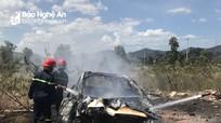 Hoàng Mai: Xe Mercedes bốc cháy trơ khung trên đường số 4
