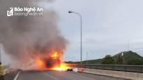 Xe khách Nghệ An bốc cháy nghi ngút trên đường