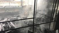 Cháy lớn thiêu rụi tầng 2 quán karaoke ở Nghệ An