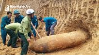 """Nghệ An: Phát hiện quả bom """"khủng"""" trong vườn nhà dân"""