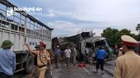 Xe tải và xe đầu kéo nát đầu sau cú đâm trực diện, 2 tài xế mắc kẹt trong cabin