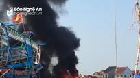 Tàu cá ở Nghệ An bốc cháy tại cảng trong ngày nắng nóng