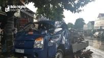 Hai ô tô tải va vào nhau, xe dập nát, người đi viện