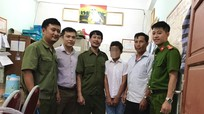 Bàn giao cậu bé 12 tuổi người Mông bỏ nhà đi lạc cho gia đình