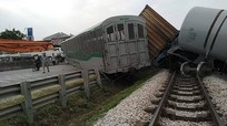 Cận cảnh hiện trường vụ tai nạn tàu hàng bị lật 4 toa sau khi tông phải xe tải