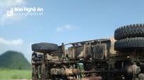 Lật xe tải chở đá dăm, tài xế Nghệ An chết thảm trong ca bin