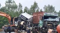 Nghệ An: Tai nạn liên hoàn giữa 2 container và máy xúc, 3 tài xế trọng thương