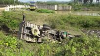 Xe tải mất lái lật nhào xuống sông trong đêm