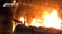 Cháy đại lý chăn ga ở Nghệ An, nhiều người tháo chạy lúc rạng sáng