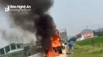 Xe tải đột ngột bốc cháy dữ dội khi đang lưu thông trên Quốc lộ 7