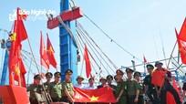 Công an Nghệ An tặng 200 lá cờ Tổ quốc cho 30 tàu cá